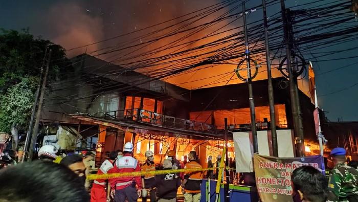 Toko swalayan di Jl Cilandak KKO terbakar.