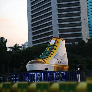 Ini Makna Tugu Sepatu Compass yang Jadi Korban Vandalisme di DKI