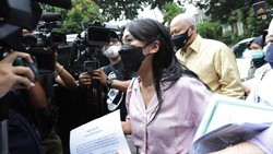 Potret Tyna Kanna Jalani Sidang Cerai Perdana