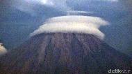 Uniknya Gunung Semeru Bertopi Awan