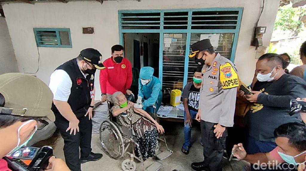 Vaksinasi COVID-19 di Kediri, Warga Berusia 95 Tahun Diapresiasi Bupati
