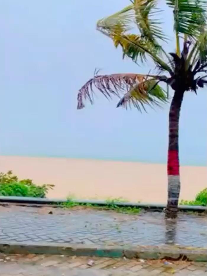 Warga Kabupaten Kolaka, Sulawesi Tenggara (Sultra) dihebohkan dengan fenomena terbelahnya air laut menjadi dua warna. Peristiwa itu terjadi di Pantai Mandra. (Screenshot video viral)