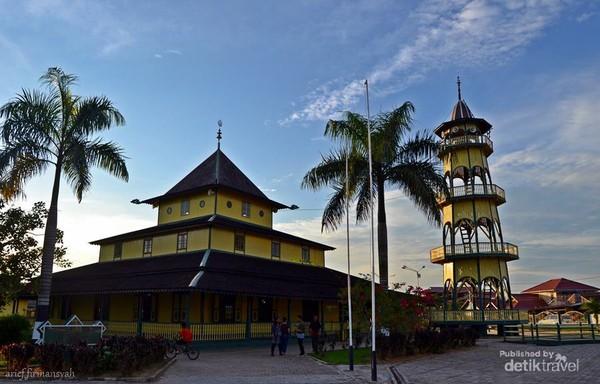 Masjid yang dibangun dari bahan kayu yang masih dipertahankan keasliannya dan ditetapkan sebagai Cagar Budaya.