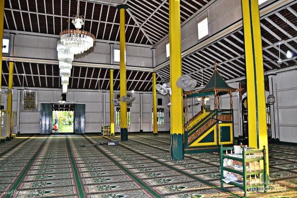 Bagian dalam masjid cukup luas, bersih dan indah.