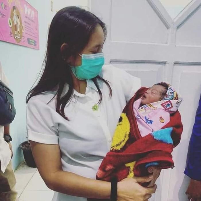 Orang dengan gangguan jiwa (ODGJ) di Banyuwangi melahirkan bayi laki-laki seorang diri. Menurut dokter, bayi itu lahir secara spontan di Puskesmas Licin.