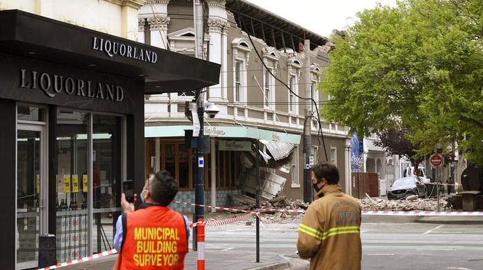 Gempa berkekuatan magnitudo 6 mengguncang kawasan Melbourne Australia. Sejumlah warga pun berlarian ke luar gedung karena panik akibat gempa tersebut.