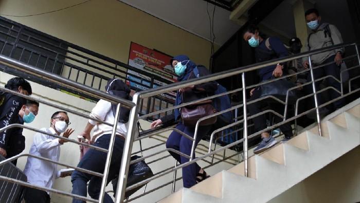 Bupati Kolaka Timur Andi Merya Nur, yang terjerat OTT KPK akan diterbangkan ke Jakarta. Usai diperiksa di Polda Sultra, dia dibawa ke Bandara Halu Oleo. (Antara Foto)