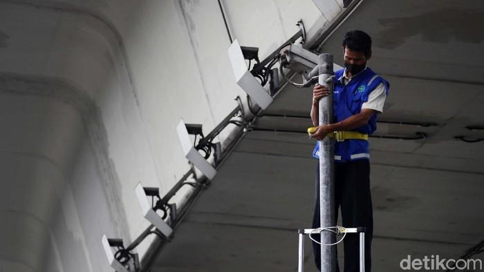 Sejumlah CCTV di Tol Dalam Kota, Jakarta, rusak. Petugas pun mulai turun untuk memperbaikinya.
