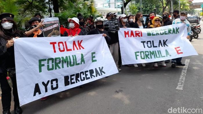 Demo tolak Formula E di Gedung DPRD DKI Jakarta.