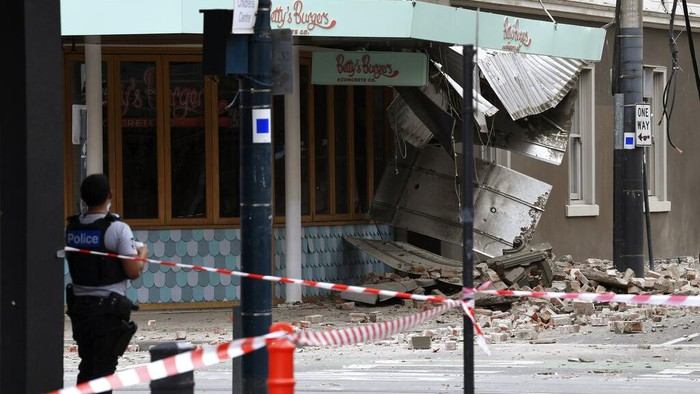 Gempa mengguncang kawasan Melbourne, Australia, pagi ini. Tak sedikit bangunan di area perbelanjaan kawasan tersebut rusak hingga tak beroperasi.