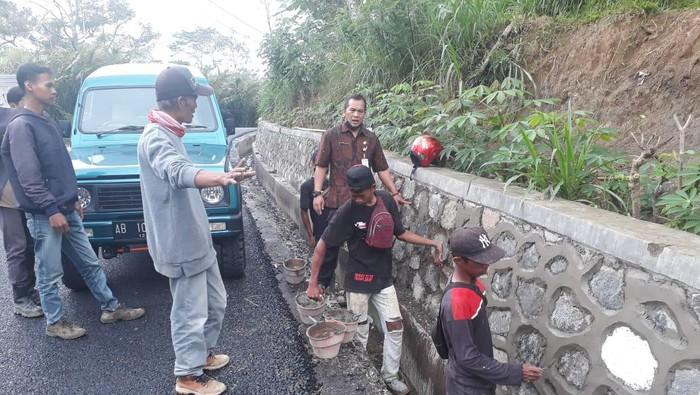 Dinas PUPR Banjarnegara mengecek lokasi talut yang ambrol dipukul pakai tangan