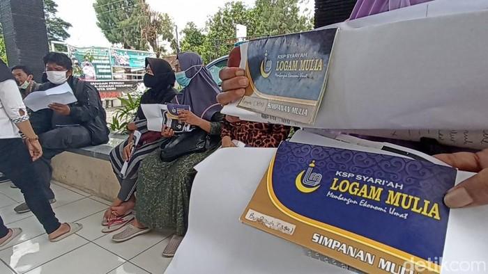 Emak-emak pedagang Pasar Brati mengadu ke polisi karena tak bisa mencairkan deposito di KSP Logam Mulia, Grobogan.