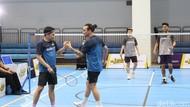 Foto: Fun Match Badminton Vindes Vs Owi/Butet, Seru Banget!