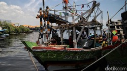 Prajurit TNI AL Lantamal 3 melakukan serbuan vaksin untuk nelayan di pesisir Jakarta. Vaksinasi massal itu diberikan sebagai upaya cegah lonjakan kasus COVID-19