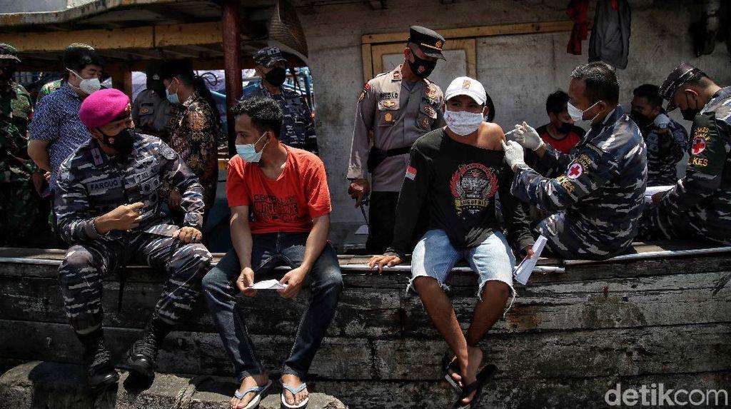 TNI AL Gencarkan Vaksinasi Nelayan di Pesisir Jakarta