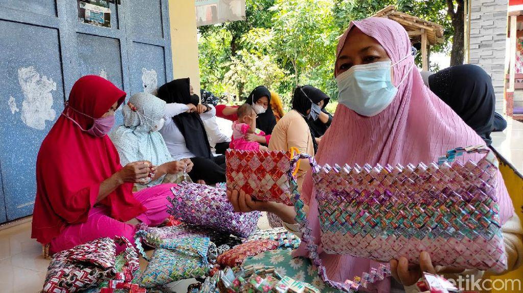 Ibu-ibu Kreatif Majalengka, Ubah Sampah Plastik Jadi Tas dan Tikar