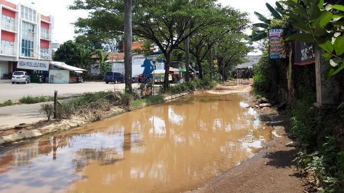 Jalan Rusak Viral yang Dipakai Warga Tangkap Ikan di Tangerang