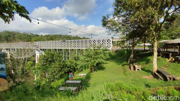 Suasananya yang hijau dan teduh, membuat Jembatan Cirahong jadi tempat nongkrong di sore hari. (Dadang Hermansyah/detikcom)