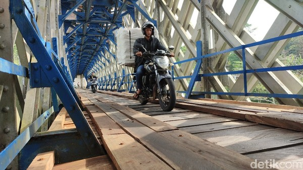Kini Jembatan Cirahong menjadi penghubung antar dua desa di Ciamis. (Dadang Hermansyah/detikcom)