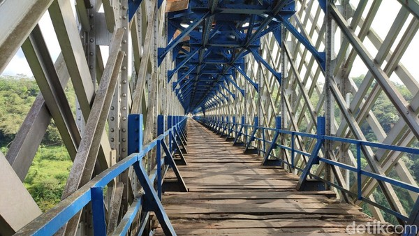 Selain bernilai sejarah, jembatan ini juga sangat instagenik. Tak heran jika jembatan ini digandrungi oleh para remaja. (Dadang Hermansyah/detikcom)