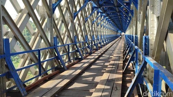 PT KAI masih melakukan perawatan untuk bantalan kayu jembatan.(Dadang Hermansyah/detikcom)