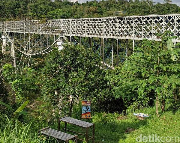 Panjang jembatan ini sekitar 202 meter dengan ketinggian 66 meter di atas Sungai Citanduy. (Dadang Hermansyah/detikcom)