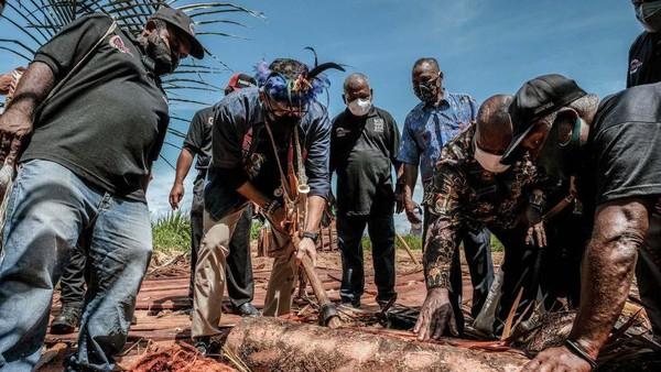 Menteri Pariwisata dan Ekonomi Kreatif/Kepala Badan Pariwisata dan Ekonomi Kreatif, Sandiaga Salahuddin Uno, dalam visitasi ke Desa Wisata Kampung Yoboi, Selasa (21/9/2021), merasakan dan melihat langsung ragam daya tarik yang ada di Kampung Yoboi.