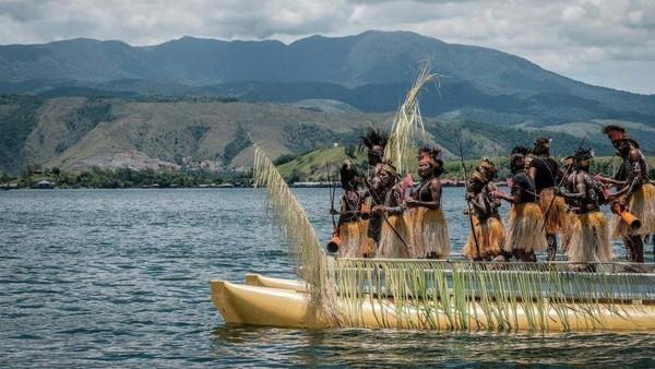 Selama perjalanan, kita akan disuguhi dengan luasnya Danau Sentani yang dikelilingi bukit-bukit hijau dan langit yang cerah.