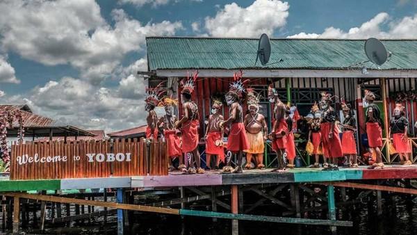 Selain keindahan alam, Kampung Yoboi juga dikenal akan kekayaan budaya. Seperti Festival Ulat Sagu, Festival Ela (berburu hewan hutan), Festival Danau Sentani, serta beragam tari-tarian.