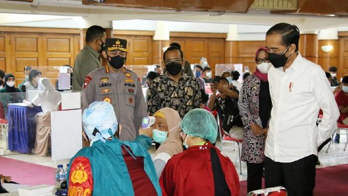 Kapolri Jenderal Listyo Sigit Prabowo tinjau vaksinasi merdeka di IPB