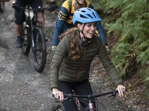 Aksi Kate Middleton Bersepeda Gunung, Pakai Boots Rp 4,8 Juta