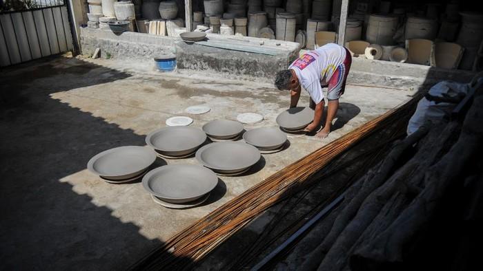 Kampung Cibuntu jadi salah satu sentra produksi keramik andalan Indonesia. Keramik buatan perajin di sana pun telah tembus pasar Amerika dan Afrika.