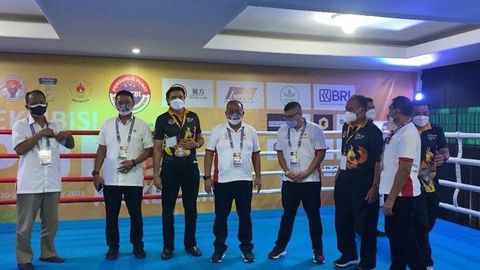 Ketua Umum KONI Pusat Marciano Norman didampingi Ketua Umum PP KBI Ngatino (empat dari kanan) dan Wabendum PP KBI, Karan Sukarno Walia (tiga dari kiri).