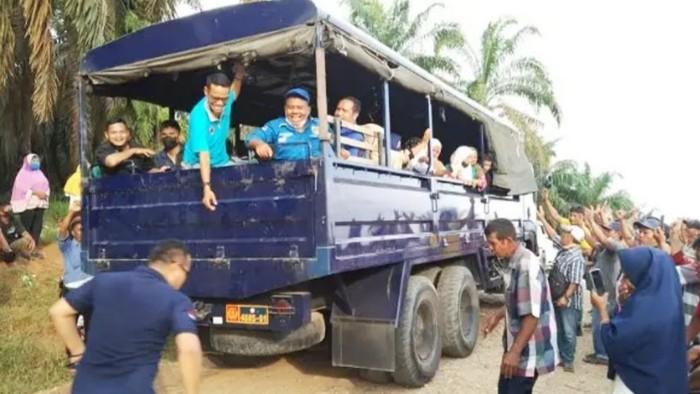 Komnas Perlindungan Anak Riau dan prajurit TNI AU turun untuk mengevakuasi ratusan anak korban konflik antara eks pekerja dengan perusahaan. (dok Istimewa)