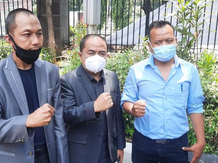 Mansyaradin Malik, ayah Taqy Malik (tengah) didampingi pengacara melaporkan Marlina Octorina