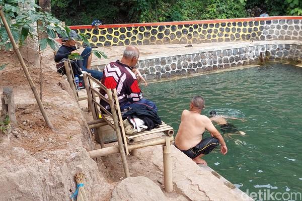 Untuk masuk ke kawasan objek wisata mata air Campaka ini hanya dikenakan tiket dengan tarif Rp 5 ribu per orang. (Wisma Putera/detikcom)