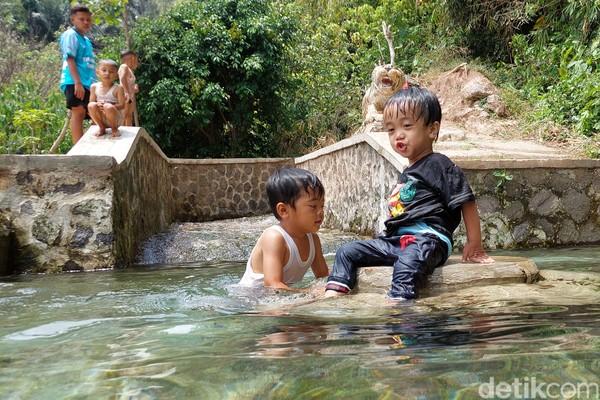 Airnya yang jernih dan dingin membuat anak-anak betah untuk bermain air di mata air Campaka. (Wisma Putera/detikcom)