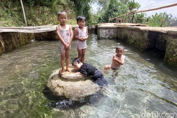 Kolam khusus anak-anak ini membuat anak-anak betah untuk main basah-basahan. (Wisma Putera/detikcom)