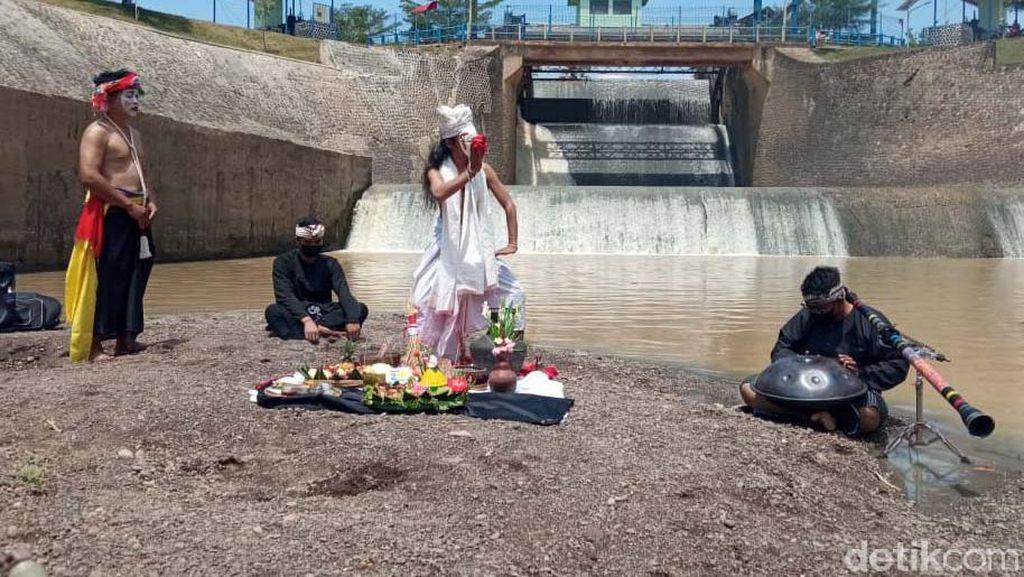 Melihat Tradisi Ruwatan Sungai di Karawang