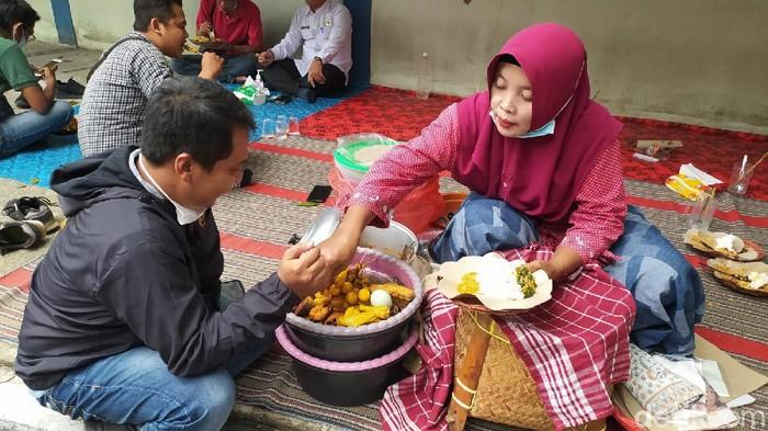 Soto lamongan dan nasi boranan merupakan dua kuliner khas Lamongan. Kini, dua kuliner itu sudah memiliki hak paten dari Kemenkumham RI.