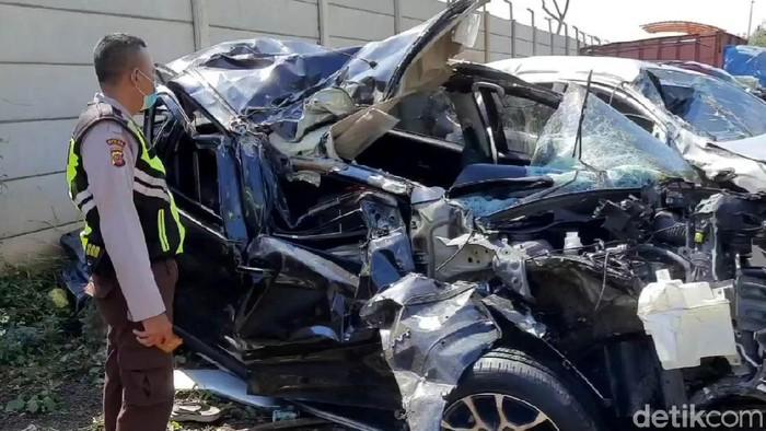 Kecelakaan terjadi di ruas jalan Tol Cipali. Kecelakaan itu menewaskan 4 orang dan mengakibatkan sebuah minibus rusak parah hingga ringsek. Ini penampakannya.