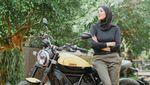 Pose Cantik Olla Ramlan Si Lady Biker, Naik Moge sampai Gerobak Cilok