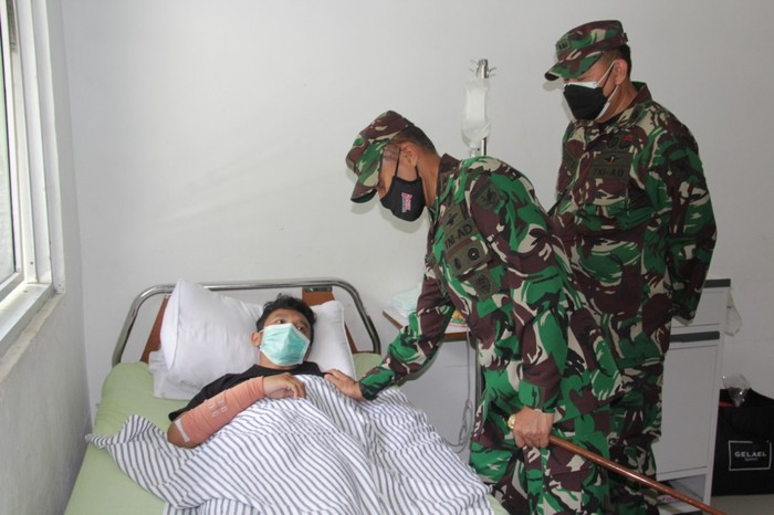 Pangdam XVII/Cenderawasih Mayjen TNI Ignatius Yogo Triyono menjenguk nakes yang selamat dari serangan KKB. Mereka dirawat di RS Marthen Indey. (dok Puspen TNI)