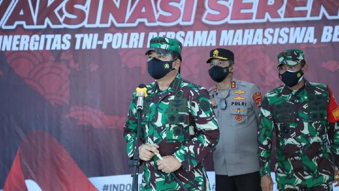 Panglima TNI Marsekal Hadi Tjahjanto meninjau serbuan vaksinasi COVID di Lampung