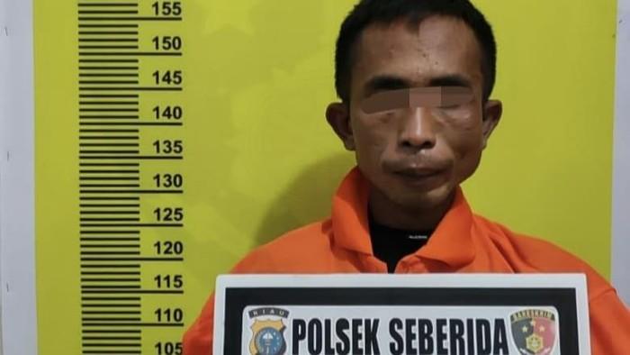 Pelaku setelah diamankan di Polsek Siberida