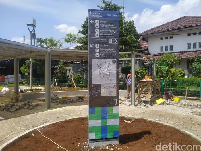 Pembangunan penataan Stasiun Manggarai di Jaksel masih berlangsung. Di manakah shelter ojol disediakan? 22 September 2021. (Athika Rahma/detikcom)