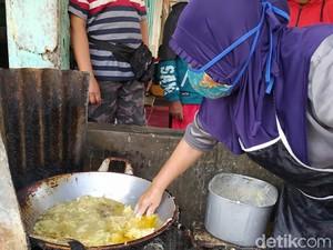 Bukan Debus! Wanita Ini Goreng Bakwan Celupkan Tangan di Minyak Panas