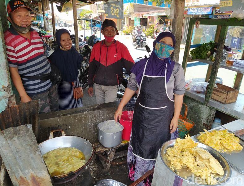 Dengan Tangan Telanjang, Penjual Ini Goreng Bakwan dalam Minyak Panas!