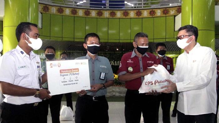 Para porter di Stasiun Gambir mendapat bantuan sembako di masa pandemi ini. Mereka juga mendapat vitamin dan masker.