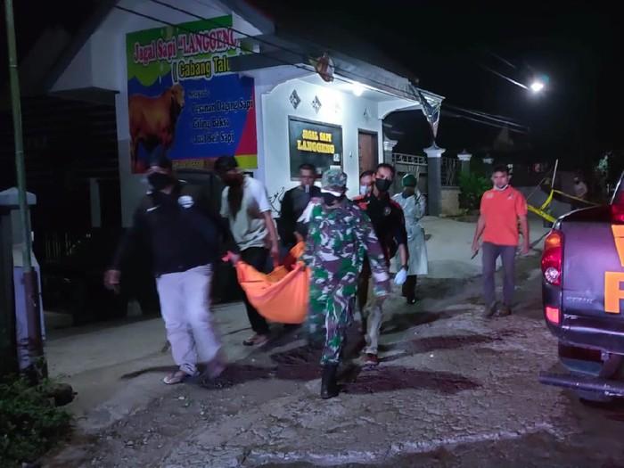 Warga Desa Babadan, Kecamatan Wlingi menemukan seorang pria bersimbah darah terkapar di jalan. Tak lama berselang, pria itu mengembuskan napas terakhir.